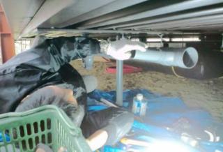 床下配管作業